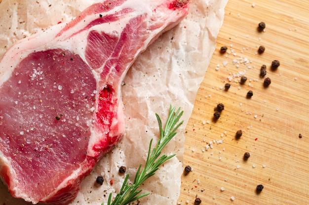 Morceaux de viande crue au romarin et aux épices