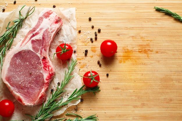 Morceaux de viande crue au romarin et tomates