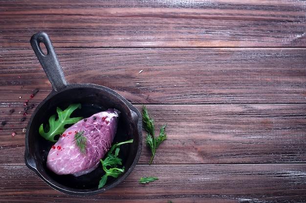 Morceaux de viande crue fraîche dans une poêle à frire