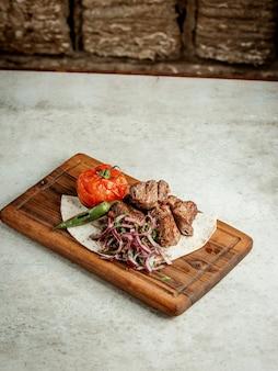 Morceaux de viande frits avec oignon émincé