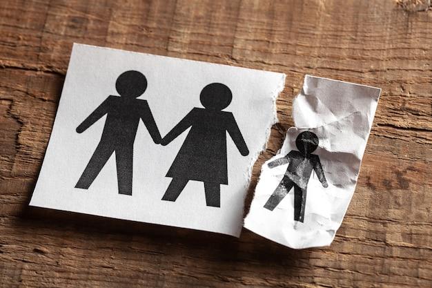 Mort d'un enfant. un morceau de papier avec les parents et un morceau de papier déchiré avec un enfant.