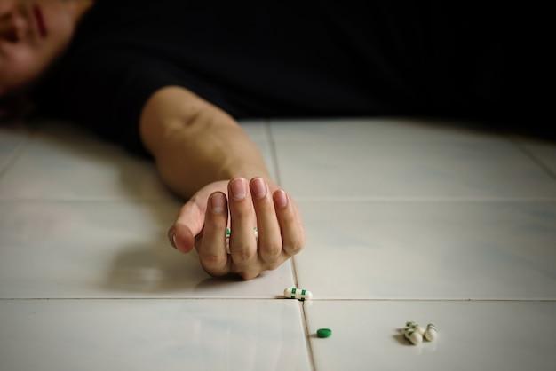 Mort suicide homme en surdosant les pilules.