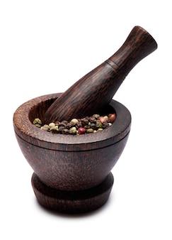 Mortier en bois moderne avec épices de poivre et pilon isolé