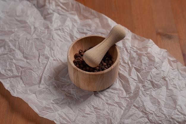 Mortier en bois pour les épices sur la table