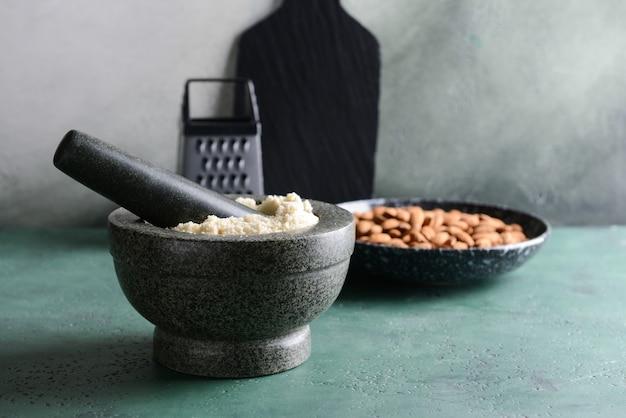 Mortier avec de la farine d'amande savoureuse sur table