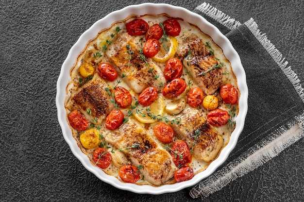 Morue au four garnie de tomates cerises et de thym