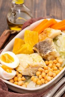 Morue bouillie avec légumes bouillis sur plat