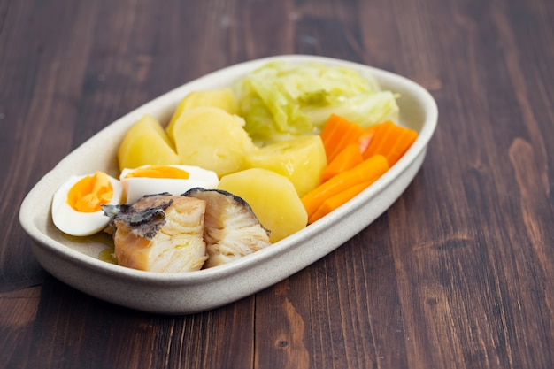 Morue avec oeuf à la coque et légumes sur plat