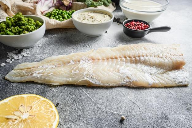 Morue pour le poisson traditionnel anglais et frites ingrédients pâte à la bière