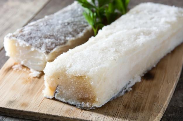 Morue séchée salée sur table en bois nourriture typique de pâques