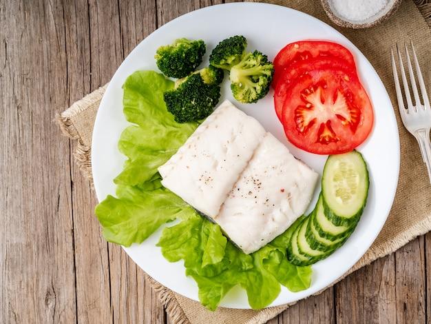 Morue à la vapeur. paléo, céto, fodmap alimentation saine avec des légumes