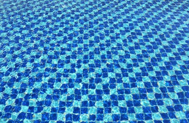 Mosaïque bleue abstraite de l'eau de la piscine pour le fond