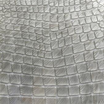 La mosaïque imite l'apparence d'un motif de crocodile