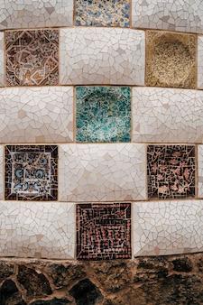 Mosaïque de plan rapproché antonio gaudi dans le parc guell barcelone