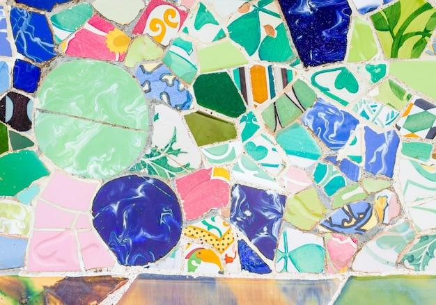Mosaïques en céramique colorées dans le parc guell, barcelone