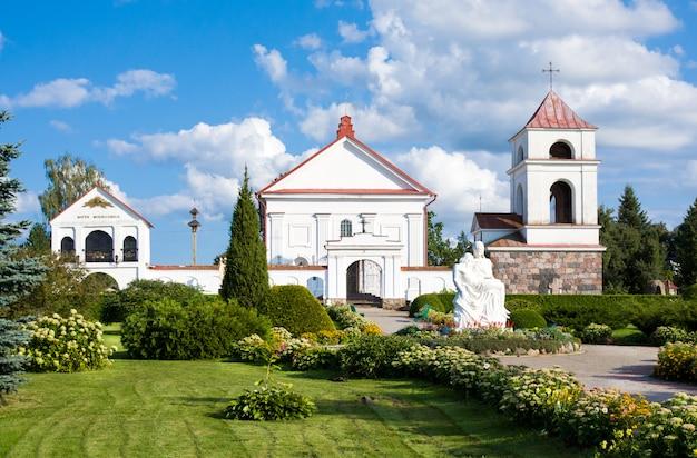 Mosar, biélorussie - 17 août 2018: l'église sainte-anne de mosar, en biélorussie. monument architectural du classicisme. construit en 1792 année sur le site de la mission jésuite