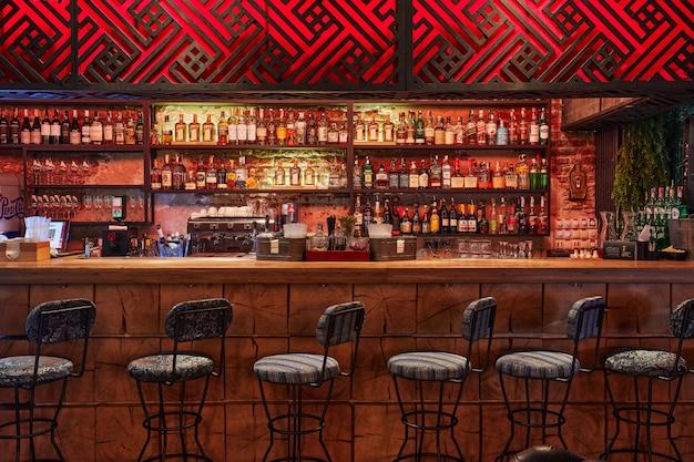 Moscou, russie, 01.01.2019, comptoir de bar, armoires avec de l'alcool, beaucoup de chaises d'affilée, bar design