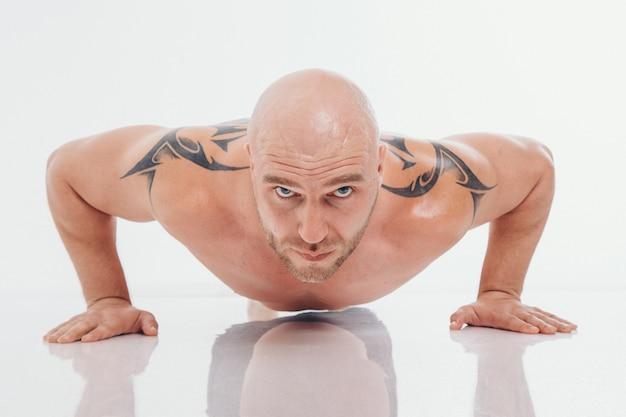 Moscou, russie-15 septembre 2018: un homme tatoué gonflé posant à la convention sur le tatouage de moscou