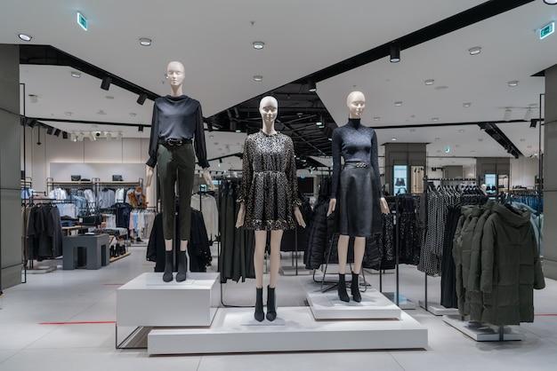 Moscou. russie. 26 novembre 2020. l'intérieur du magasin de vêtements pour femmes. mannequins en costumes modernes.