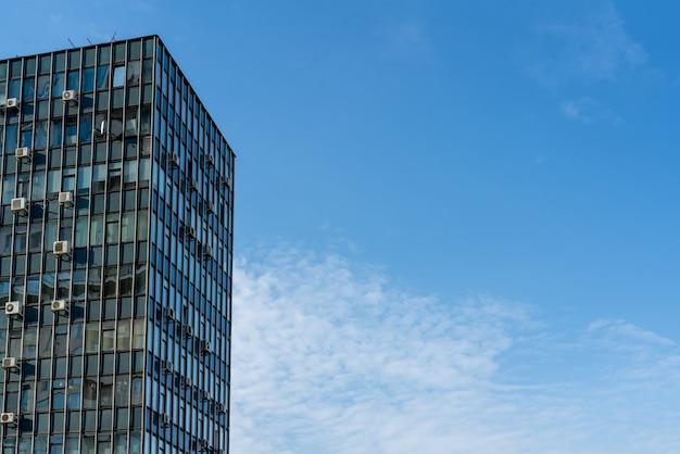 Moscou, russie, 27 octobre 2020 bâtiment en verre industriel moderne avec fond de ciel bleu
