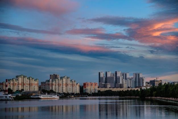 Moscou, russie - 5 août 2018 : vue sur les bâtiments modernes près de l'eau pendant le coucher du soleil.