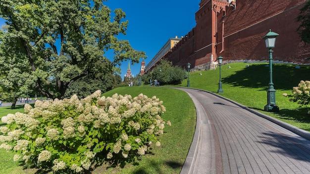 Moscou, russie - aot 2016 : touristes marchant le long du chemin et du jardin dans le grand palais du kremlin