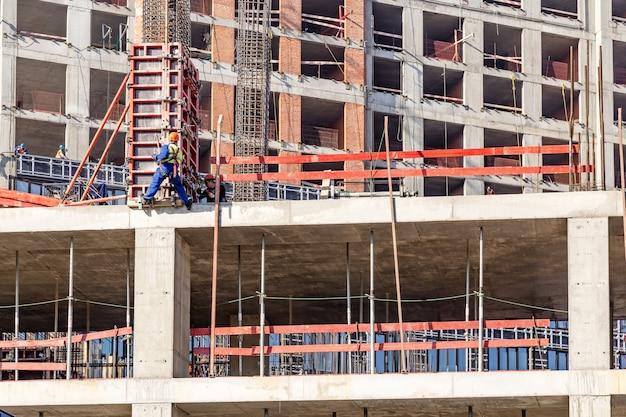 Moscou, russie: travailleurs sur le chantier de construction de nouveaux bâtiments résidentiels