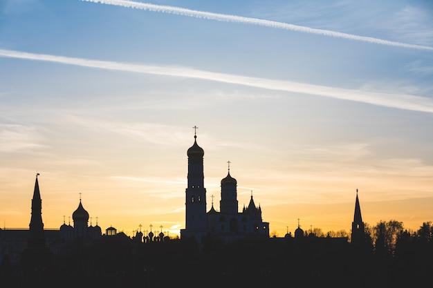 Moscou, russie, vue de silhouette du kremlin au coucher du soleil
