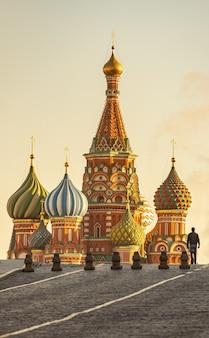 Moscou vue sur la cathédrale saint basile sur la place rouge pendant la lumière du soleil du soir