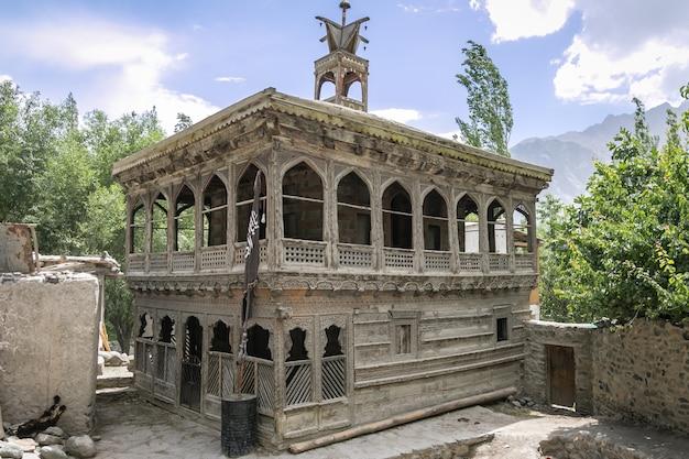 Mosquée en bois de style tibétain dans la région du baltistan au nord du pakistan.