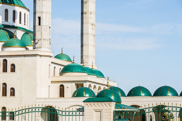 La mosquée cathédrale à journée ensoleillée à cherkessk, karachay-cherkessia, russie. détails de l'ensemble architectural.