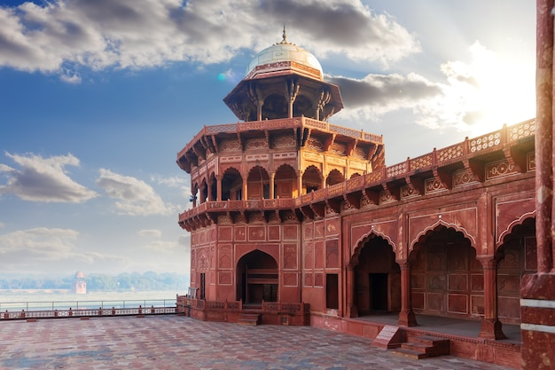 Mosquée dans le complexe du taj mahal en inde, uttar pradesh, agra.