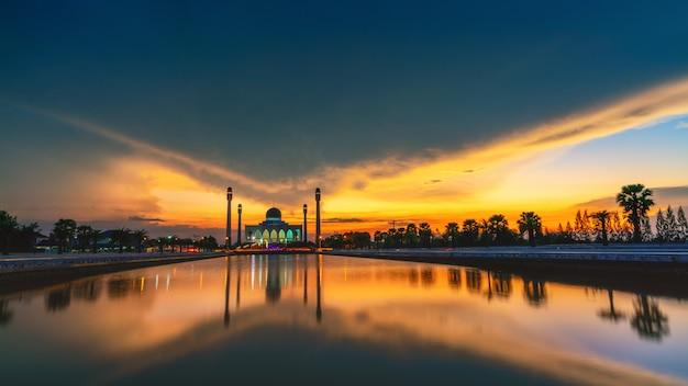 Une mosquée dans le sud de la thaïlande par une belle journée nuageuse