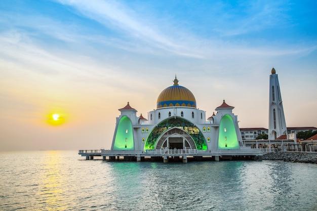 Mosquée du détroit de malacca ou masjid selat melaka, en malaisie