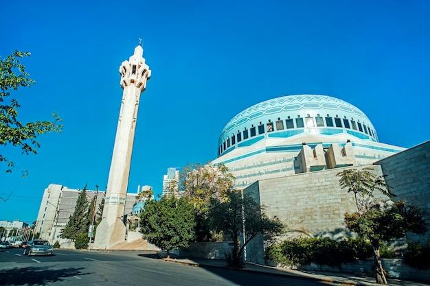 Mosquée du roi abdallah ier à amman, en jordanie. il a été construit entre 1982 et 1989. mosquée moderne. le grand minaret sur fond de ciel bleu.