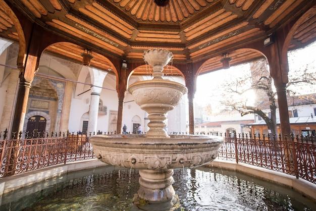 Mosquée avec fontaine devant sadrvan