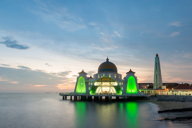 La mosquée islamique de malacca est une magnifique mosquée islamique située à malacca, en malaisie.