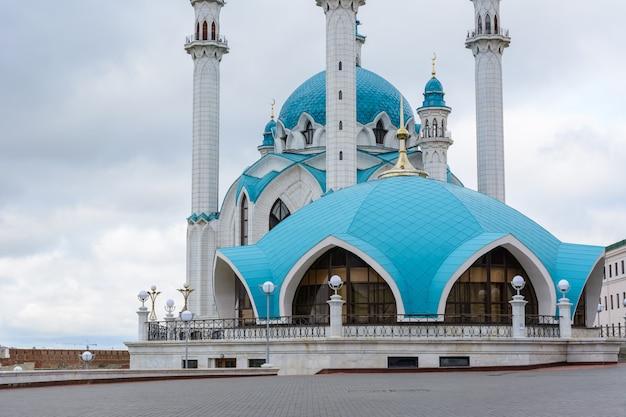 La mosquée kol sharif située à kazan kremlin, tatarstan, russie. l'une des plus grandes mosquées de russie. la mosquée sert de musée. vue depuis le bâtiment manezh.