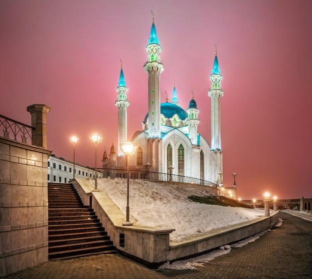 La mosquée kul-sharif au kremlin de kazan et le matin d'hiver rose