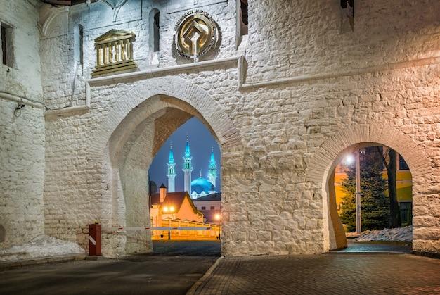 Mosquée kul-sharif à travers l'arche de l'entrée du kremlin de kazan une nuit d'hiver