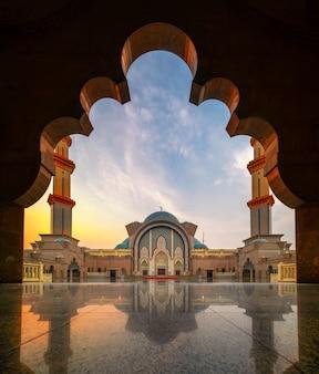 Mosquée de malayisa avec réflexion pendant l'heure du coucher du soleil