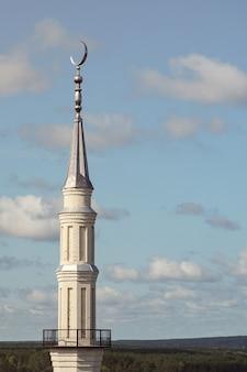 Mosquée, minarets contre un ciel bleu clair par une journée ensoleillée.