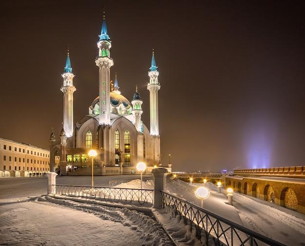Mosquée de nuit dans le kremlin de kazan