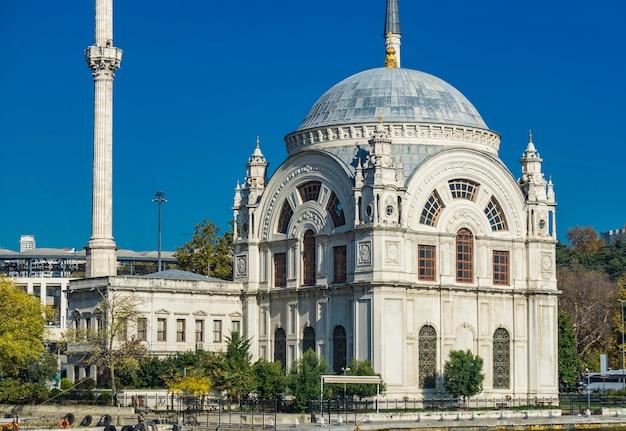 Mosquée ortakoy sur le bosphore à istanbul, turquie. cette mosquée d'architecture néo-baroque
