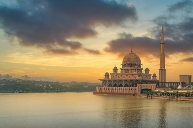 La mosquée putra est une mosquée importante à putrajaya. malaisie