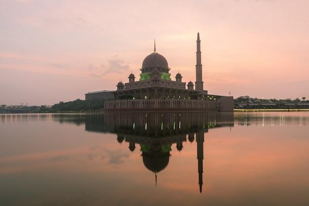 La mosquée putrajaya entre le feu du soleil à kuala lumpur, en malaisie.