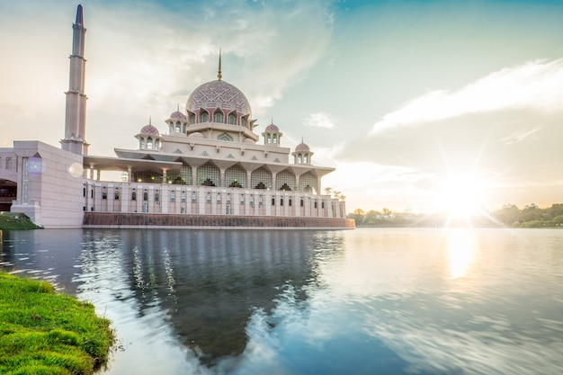La mosquée putrajaya en malaisie au crépuscule.