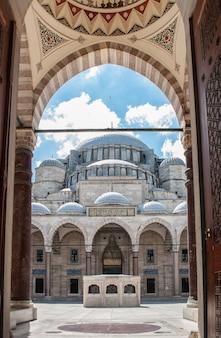 Mosquée de soliman le magnifique depuis l'entrée principale de la mosquée.
