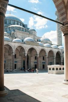 Mosquée de suleymaniye depuis l'entrée principale de la mosquée