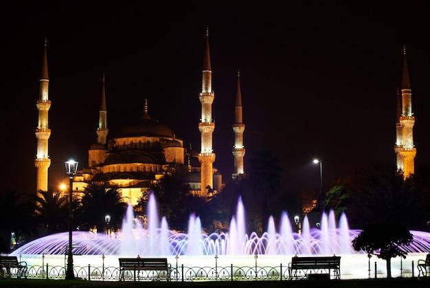 Mosquée de sultanahmet avec fontaine en premier plan la nuit. istanbul, turquie.